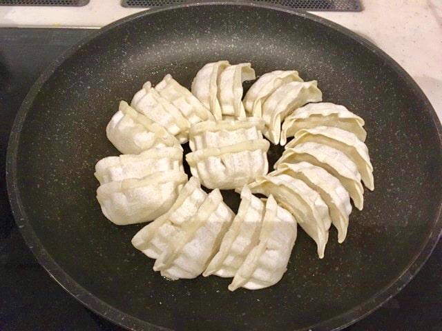 浜松餃子を焼く